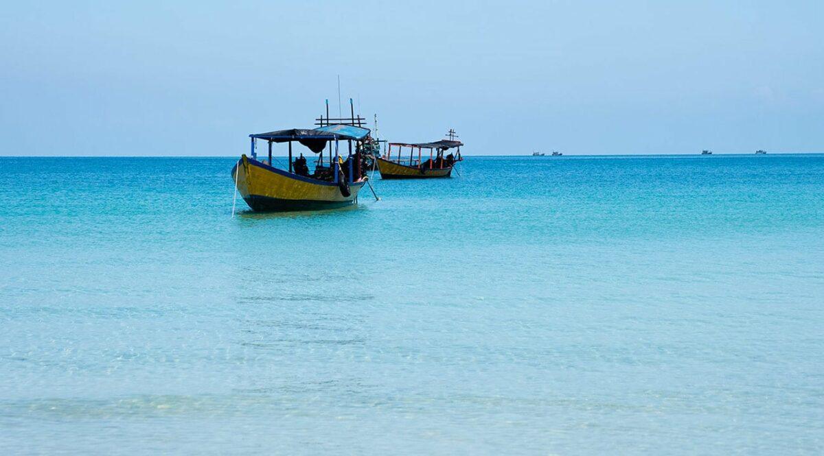 Eau turquoise sur l'île de Koh Rong Samloem